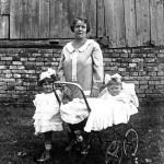 Kobieta z dziewczynką i dzieckiem w wózku.