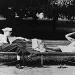 Stara kobieta i mężczyzna leżący na ławce w parku